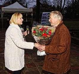 hans krijgt bloemen 2